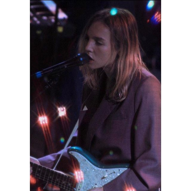 """Amber Bain, inspired the whole audience with her brilliant songwriting, layered melodies, and unique synths."" Check out more of Rickelle's photos/review on Japanese House in the article - link in bio! 📷 @rickelle.hunt"