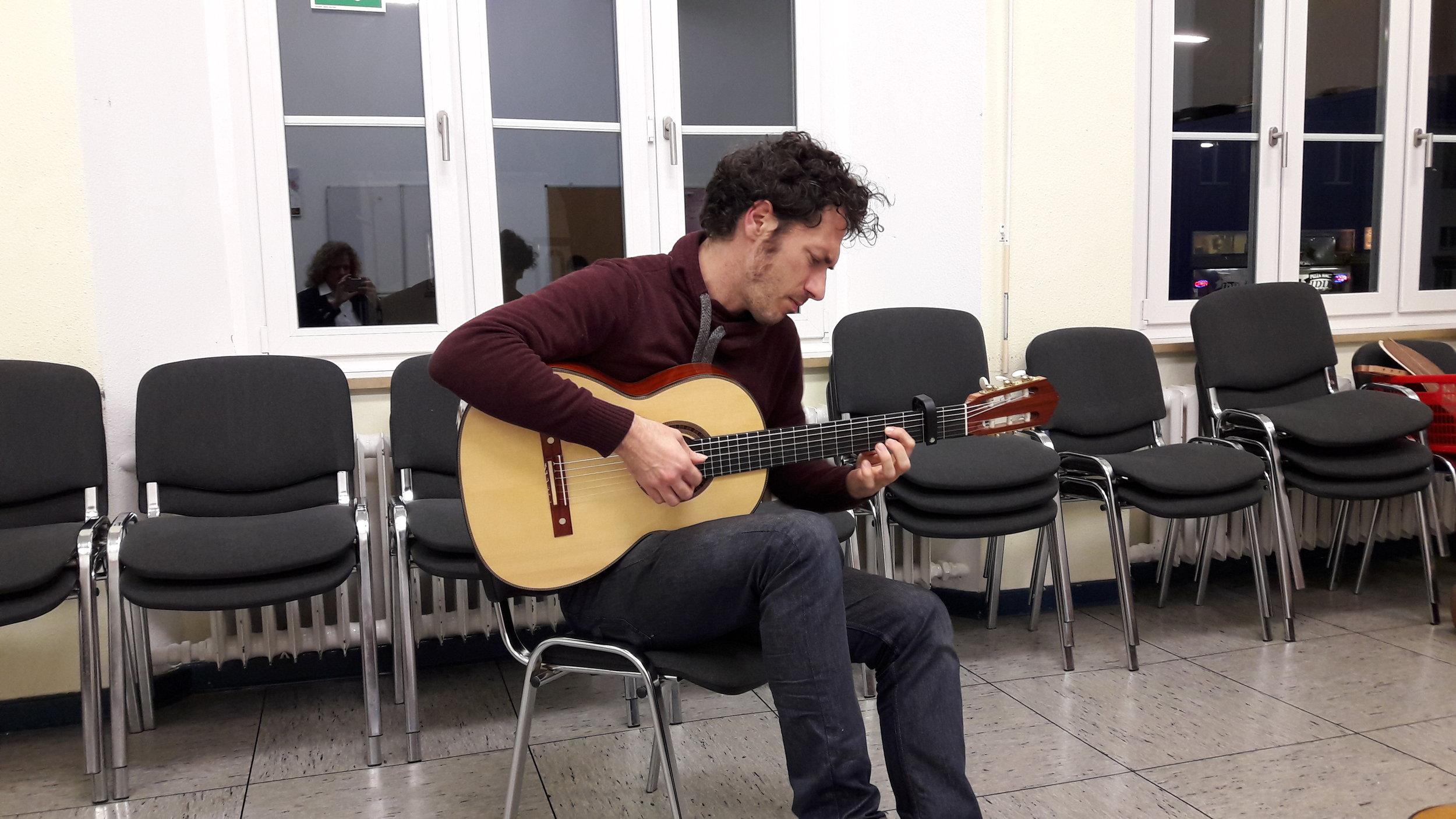 Maestro Reentko Dirks trying Den Toom Luthier guitar after the Talk.