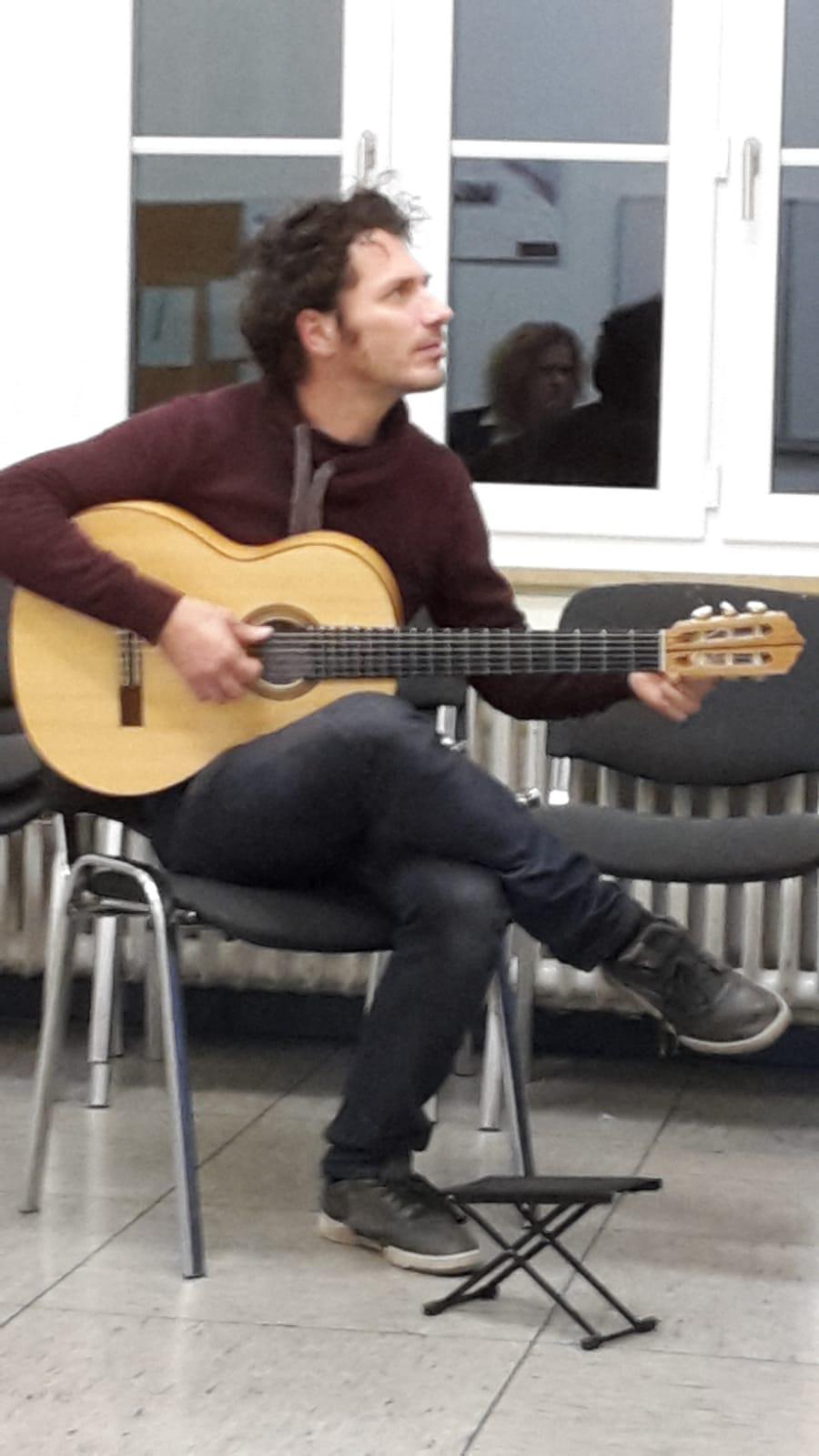 I brought a Den Toom Luthier Flamenco blanca guitar to!