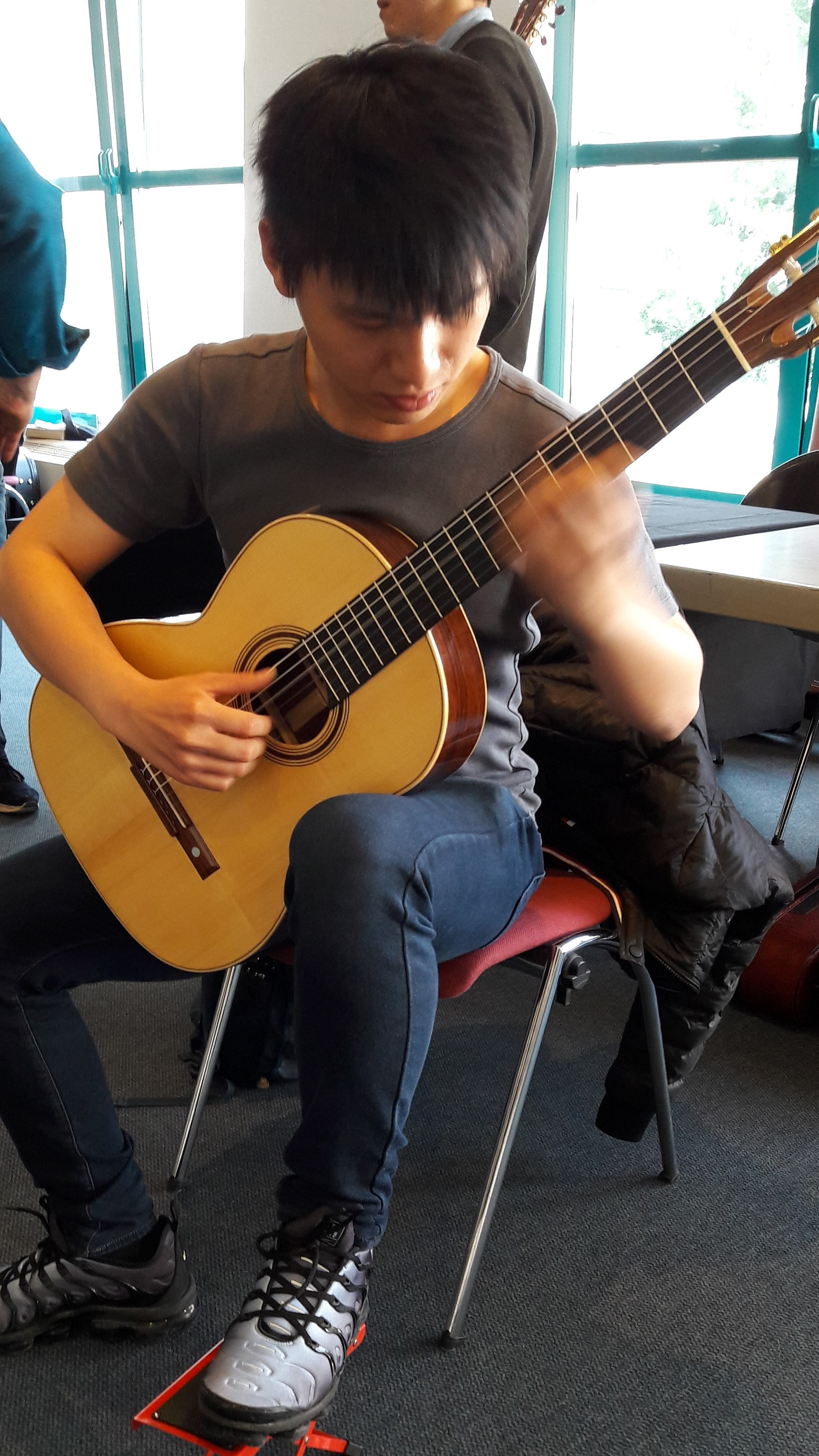 Competition player: Chinnawat themkumkwun trying out Den Toom Luthier in Rosewood.