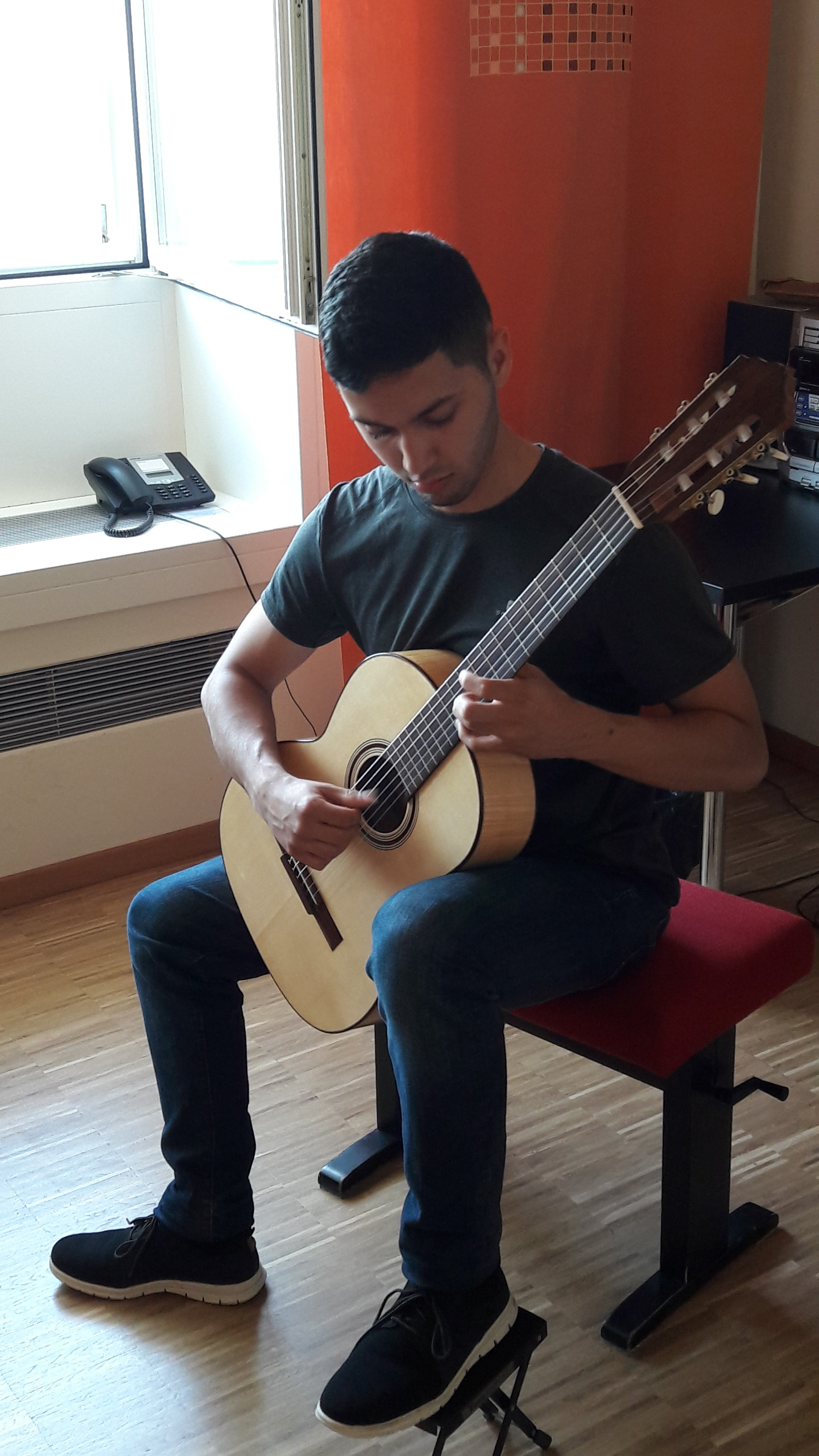 Alexander Vergara with Den Toom Luthier guitar in maple back and sides