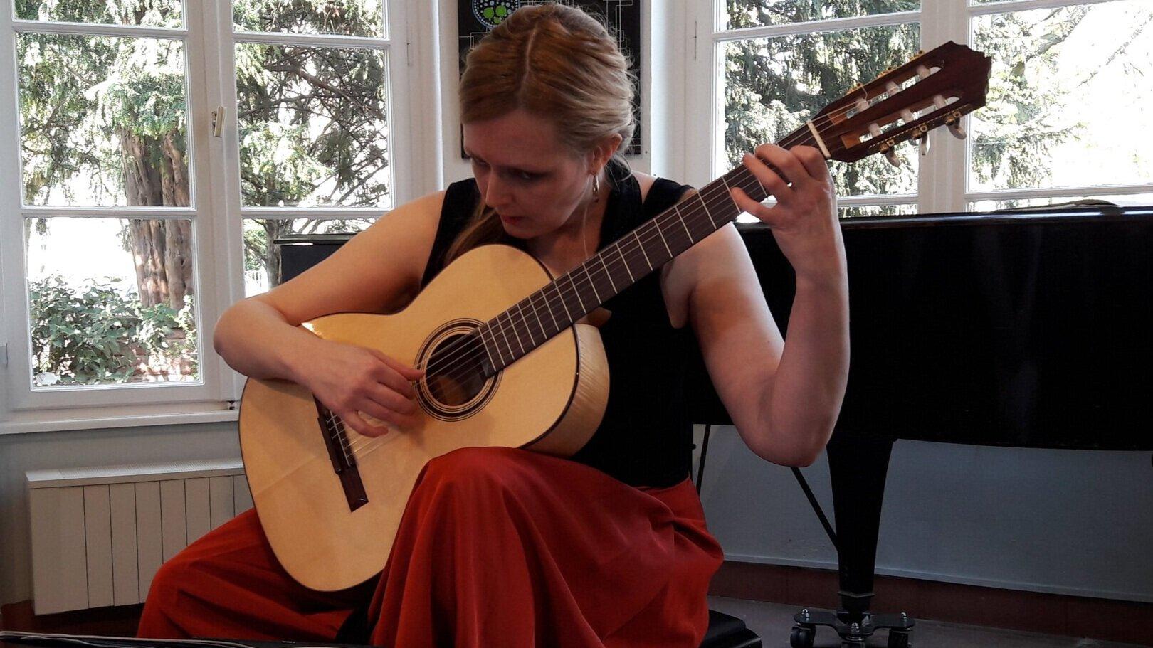Heike Matthiesen playing part of her concert on Den Toom Luthier guitar in Maple. Frankfurt, Germany