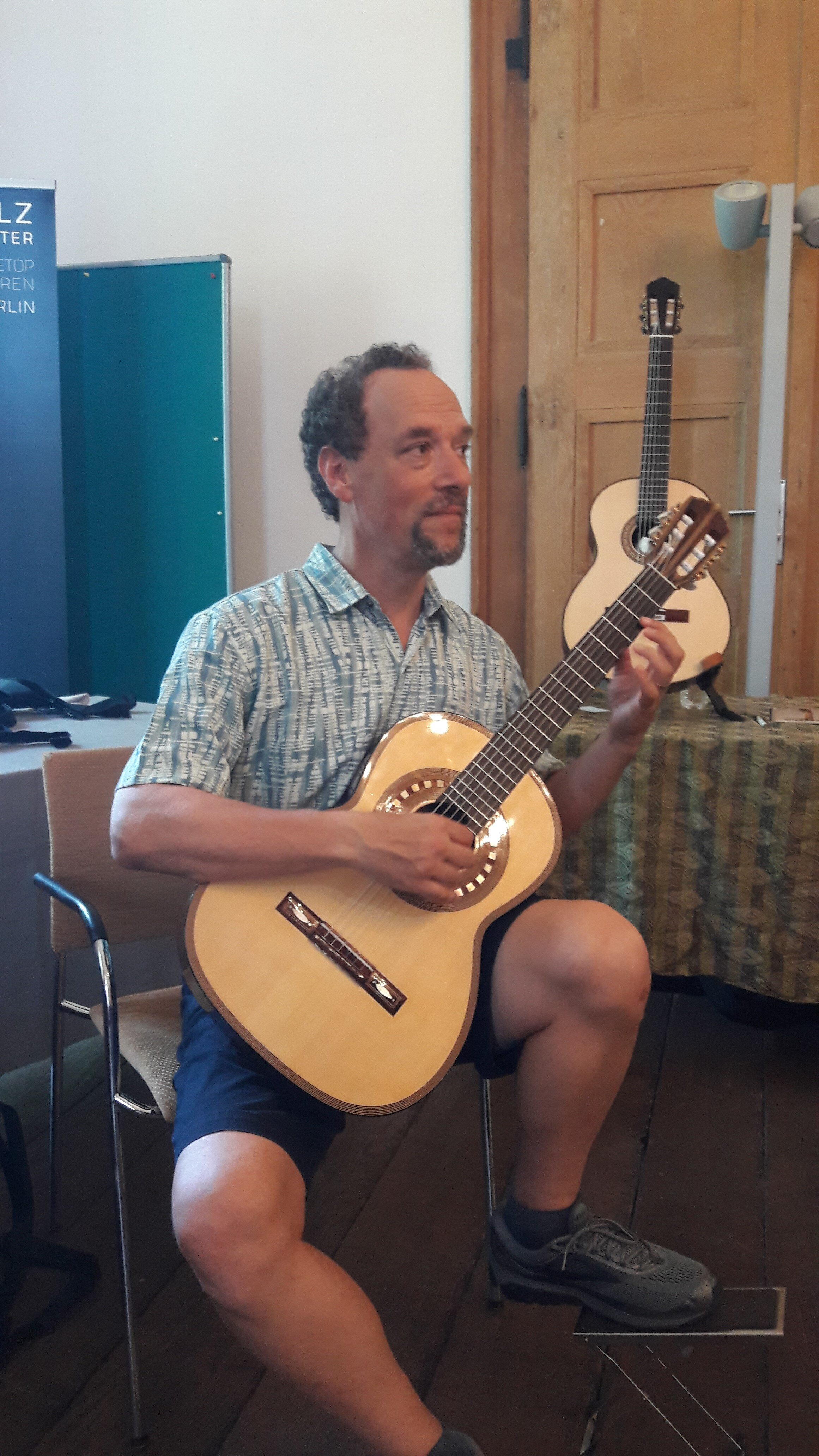 """Bill Kanengiser from the Los Angeles guitar Quartet playing Anniversary Den Toom luthier guitar """"Lucy"""" Iserlohn, Germany"""