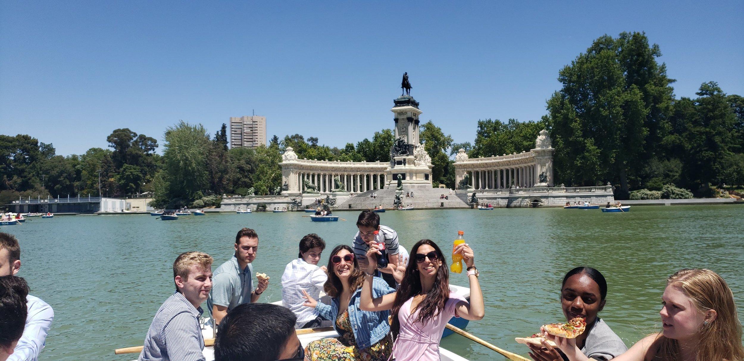 Fellows enjoy an excursion on rowboats in Parque Retiro.