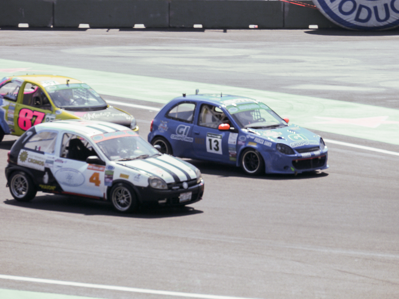 De Rivas heads into the stadium section at Circuito Hermanos Rodriguez with the inside line.