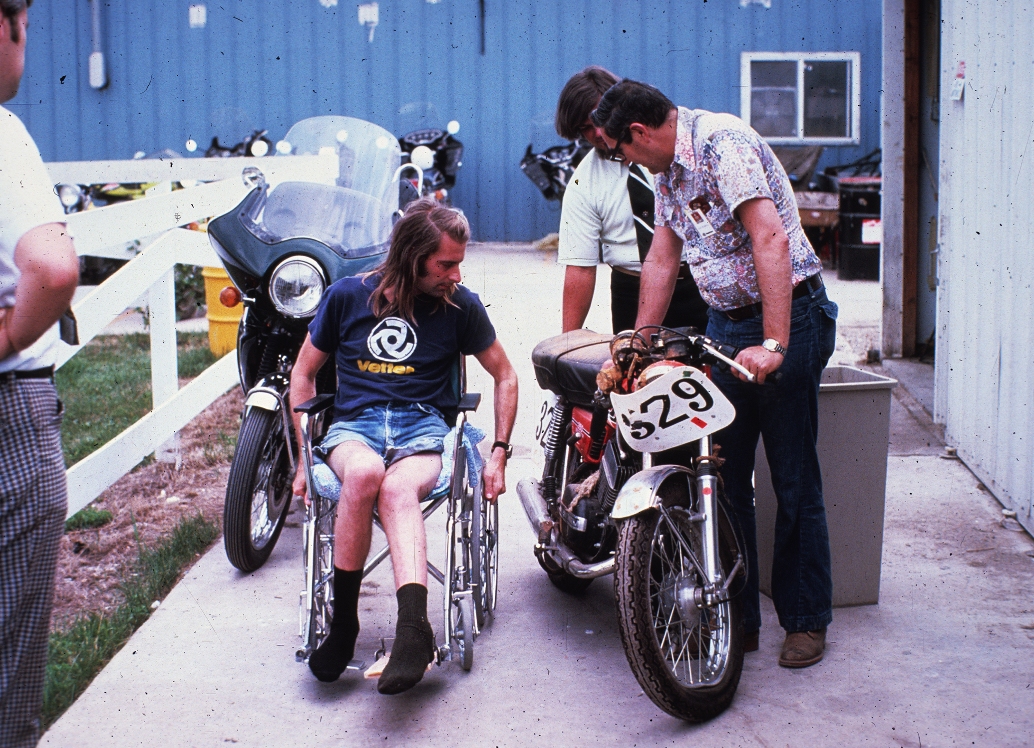 Vetter inspecting his damaged Yamaha RD350 after his crash at Road Atlanta in 1976. Photo courtesy of the Vetter archive.