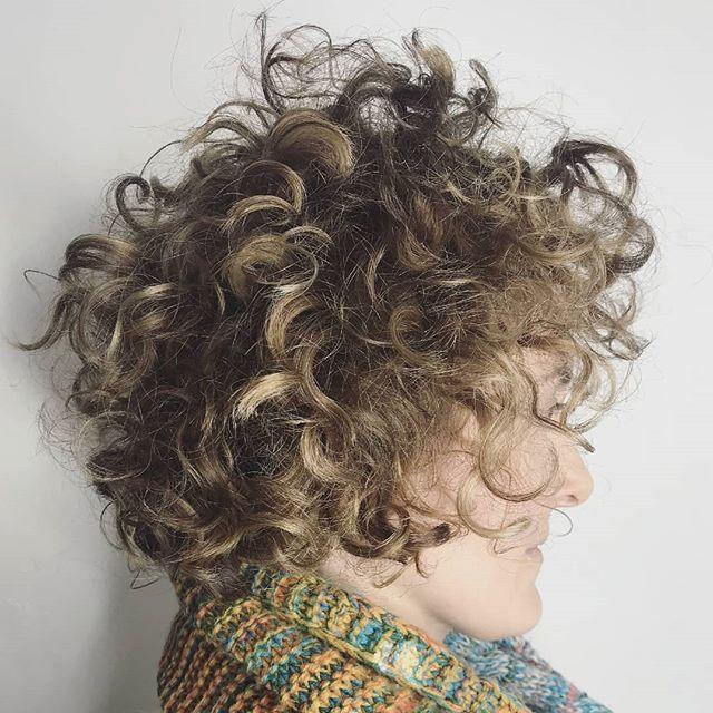 Breathe life back into your hair with a deva cut by @hair_design_by_caroline 🌈 . . . #headspacesouthside #ecosalon #hairsalon #haircreation #hairstyle #haircut #curlycut #curlyhair #devacurl #devacut #davineshair #davineshaircare #essentialhaircare
