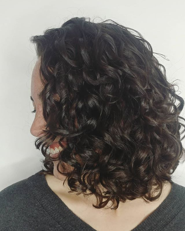 When you finally get the bounce you want, you smile!! . . . Cut and style by @hair_design_by_caroline . . #headspacesouthside #ecosalon #hairsalon #hairstylist #curls #devacurl #haircut #hairstyle #devacut #styleyourcurls #davines #essentialhaircare