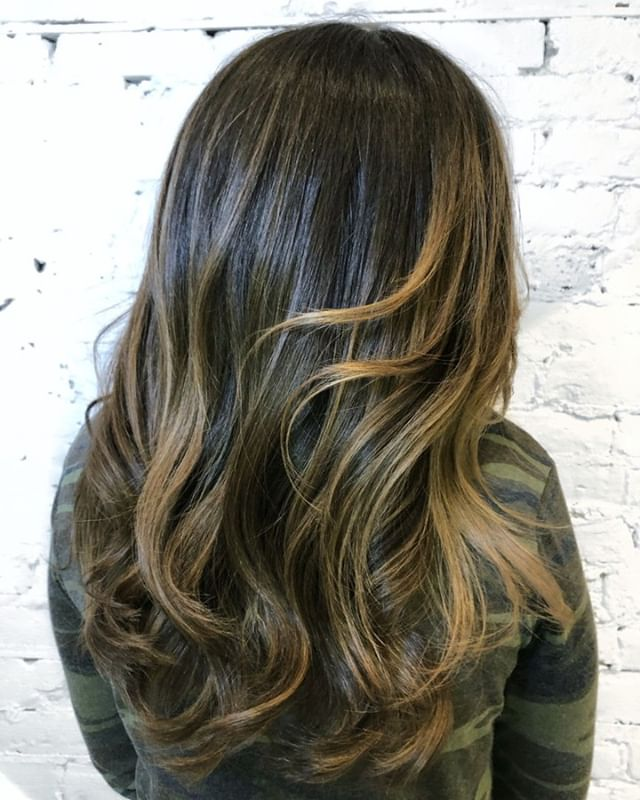 A glaze is a great way to keep up your balayage and highlights in between lightening services!  - - - - #machorn #CHLhairbyMac #customhairlounge #chicagohairstylist #midwesthairstylist #chicagosalon #chicagohair #lincolnpark #linconlparkhair #lincolnparksalon #balayage #lincolnpark #chicagohair #layers #bronde #longhair #brunette #wavyhair #blondebalayage #brondebalayage #lincolnparksalon #chicagostylists #bestofbalayage #behindthechair #hairinspo #colormelt #olaplex #hairpainting #highlights #hairgoals