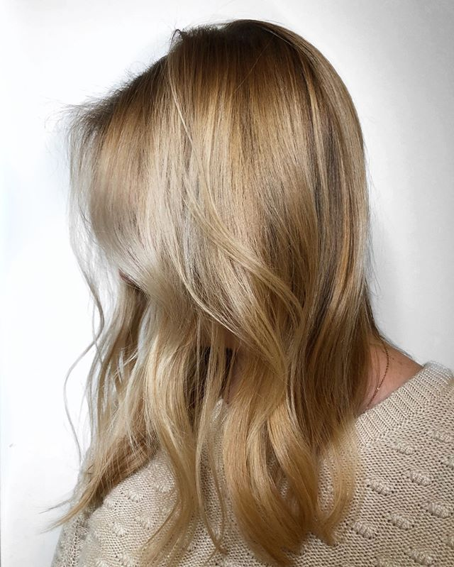 Getting ready for spring with this heavily saturated blonde balayage 🌞 - - - #machorn #CHLhairbyMac #customhairlounge #chicagohairstylist #midwesthairstylist #chicagosalon #chicagohair #lincolnpark #linconlparkhair #lincolnparksalon #chicagostylist #blonde #blondehair #balayage #blodebalayage #platinumblonde #balayageombre #ashblonde #wavyhair #hairtrends #rootmelt #shadowroot #behindthechair #modernsalon #beautylaunchpad #bestofbalayage #hairpainting #colormelt #layers #platinumhair