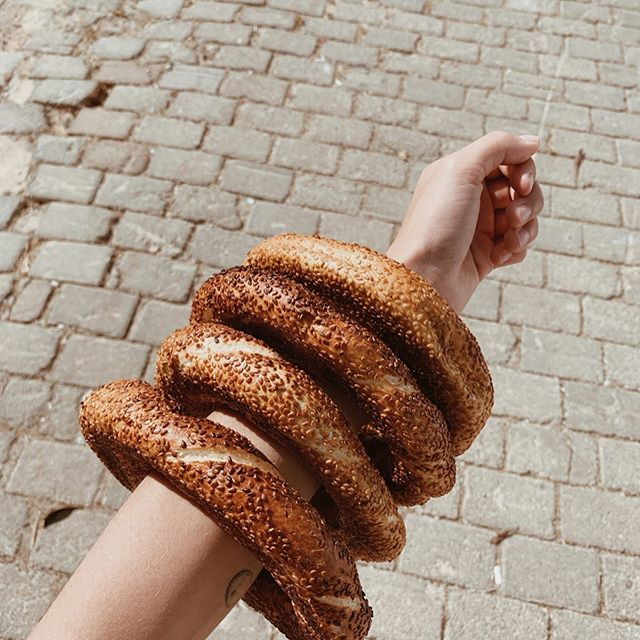"sustainable ""simit"" (turkish sesame bagel) delivery. those slim arms can replace a plastic bag. 💪🏼👌🏼 ⠀⠀⠀⠀⠀⠀⠀⠀⠀ Turkey is among the 20 countries responsible for 83 percent of the bad plastic waste management in the world. 30-35 billion plastic bags are used here annually. (!!!) ⠀⠀⠀⠀⠀⠀⠀⠀⠀ Since beginning of 2019 shops are obliged to sell bags for about 0.25 Lira and according to TRTworld the usage of plastic bags in Turkey is already down by 50 percent after this new regulation. ⠀⠀⠀⠀⠀⠀⠀⠀⠀ I went to the Bazar 3x and came back with a sea of plastic waste without paying for it. Same every morning at the bakery or at the turkish Späti. Nothing can change over night and most people who are aware of the status quo start to contribute to a taking care of our planet. It's a process we are all on. ⠀⠀⠀⠀⠀⠀⠀⠀⠀ (Sources: Hurriyet Daily News, The Indpendent, TRT world)"