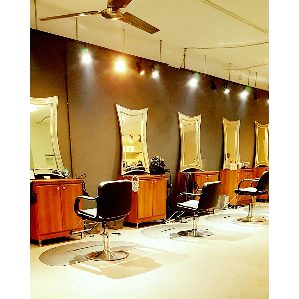 The Vanity Room is a Multicultural Salon and Beauty Bar Specializing in Healthy Hair Care, Color, Cuts and Trend Setting Styles for Men & Women.