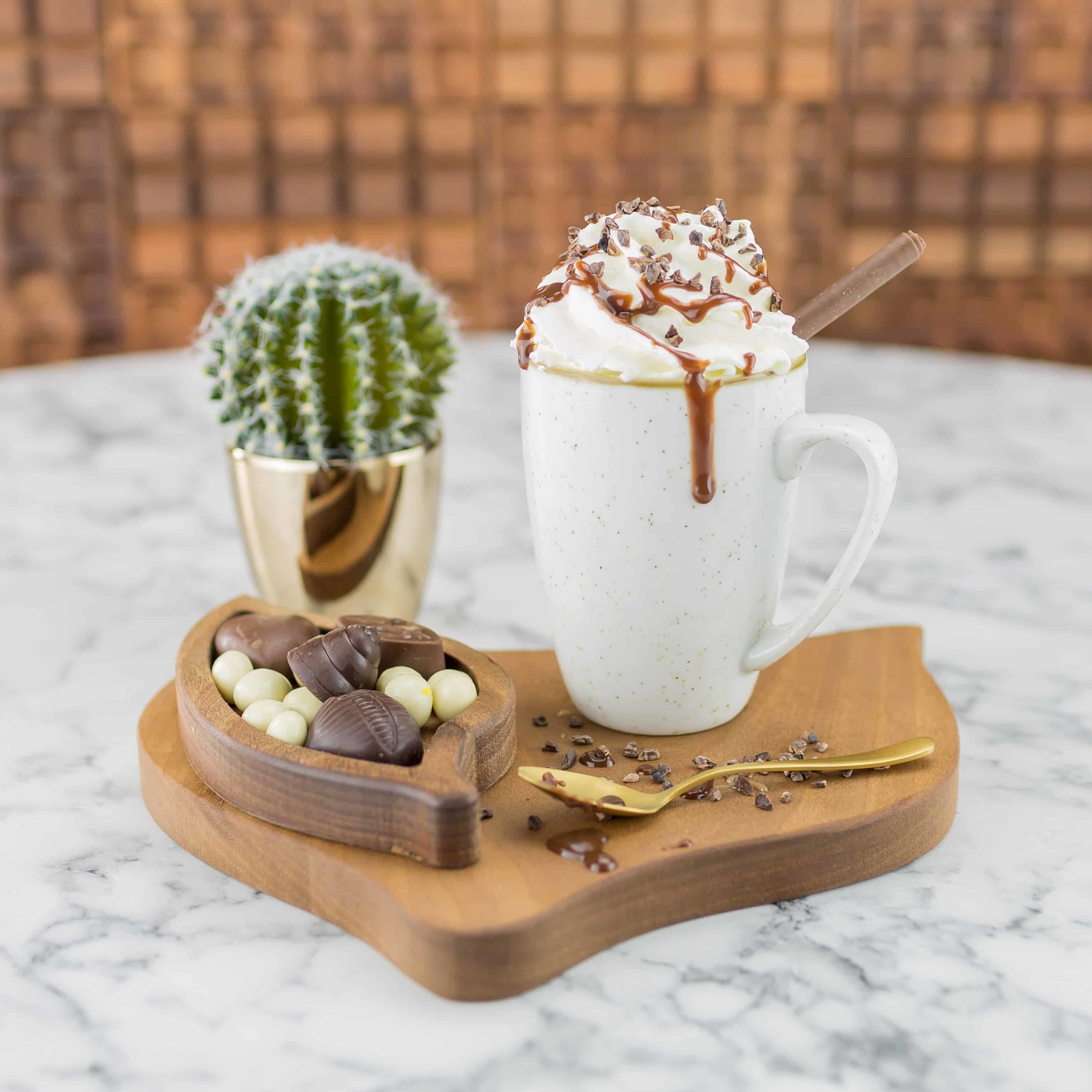 Proef de kwaliteit - De chocolade van ChiqueOLatte is door chocolademakers gemaakt, volgens het bean-to-bar-concept. En dat proef je! Alle chocolade heeft een hoog cacaopercentage en is bereid met natuurlijke suikers. Daarom mag je best een extra portie nemen. Kijk aan het eind van je bezoek eens rustig rond in het winkeltje en neem je favoriete reep mee naar huis. Geen chocoladefan? ChiqueOLatte serveert ook lekkere gebakjes.