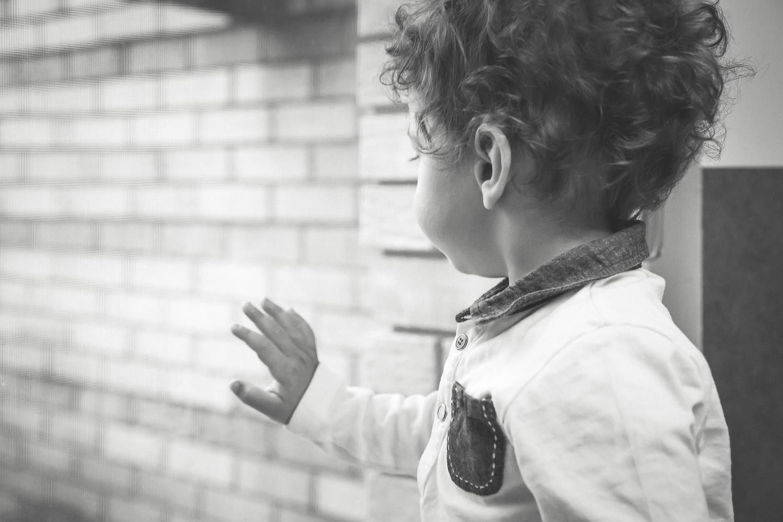 sandra ruth stuttgart family photographer Boy Looking Out The Window.jpg