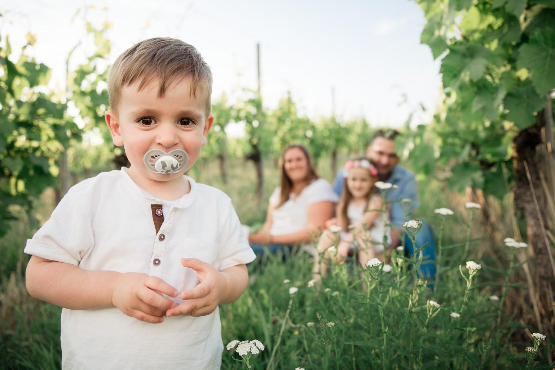 Sandra Ruth Fotografin Familie Stuttgart  Kleiner Junge mit Schnuller Eltern im Hintergrund.jpg
