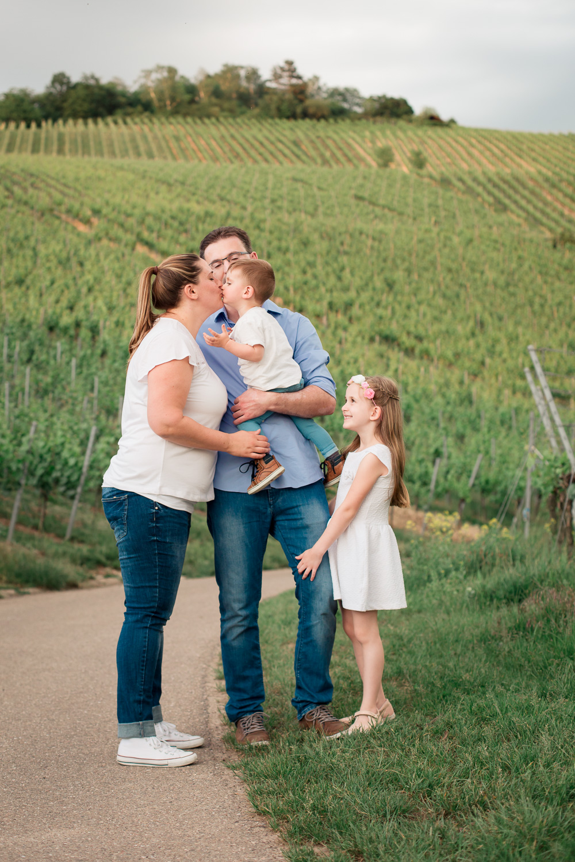 Sandra Ruth Fotografin Familie Stuttgart  Mutter küsst Sohn Schwester umarmt Vater Bein.jpg