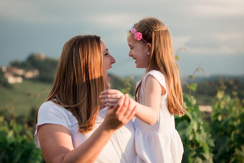 Sandra Ruth Fotografin Familie Stuttgart  Mutter und Tochter lachen sich an.jpg