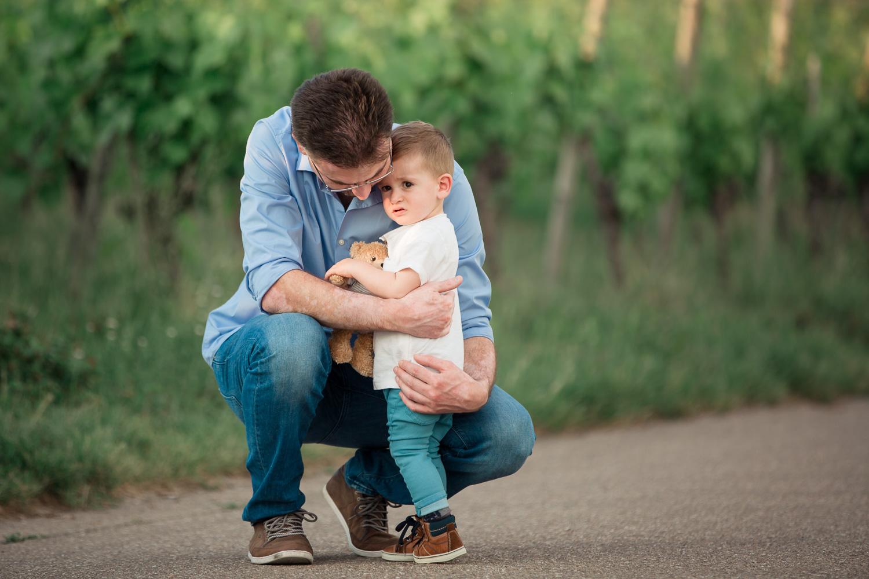 Sandra Ruth Fotografin Familie Stuttgart  Vater tröstet Sohn Teddy Bär.jpg