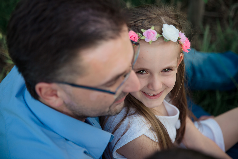 Sandra Ruth Fotografin Familie Stuttgart Vater mit Tochter Blumenkranz.jpg