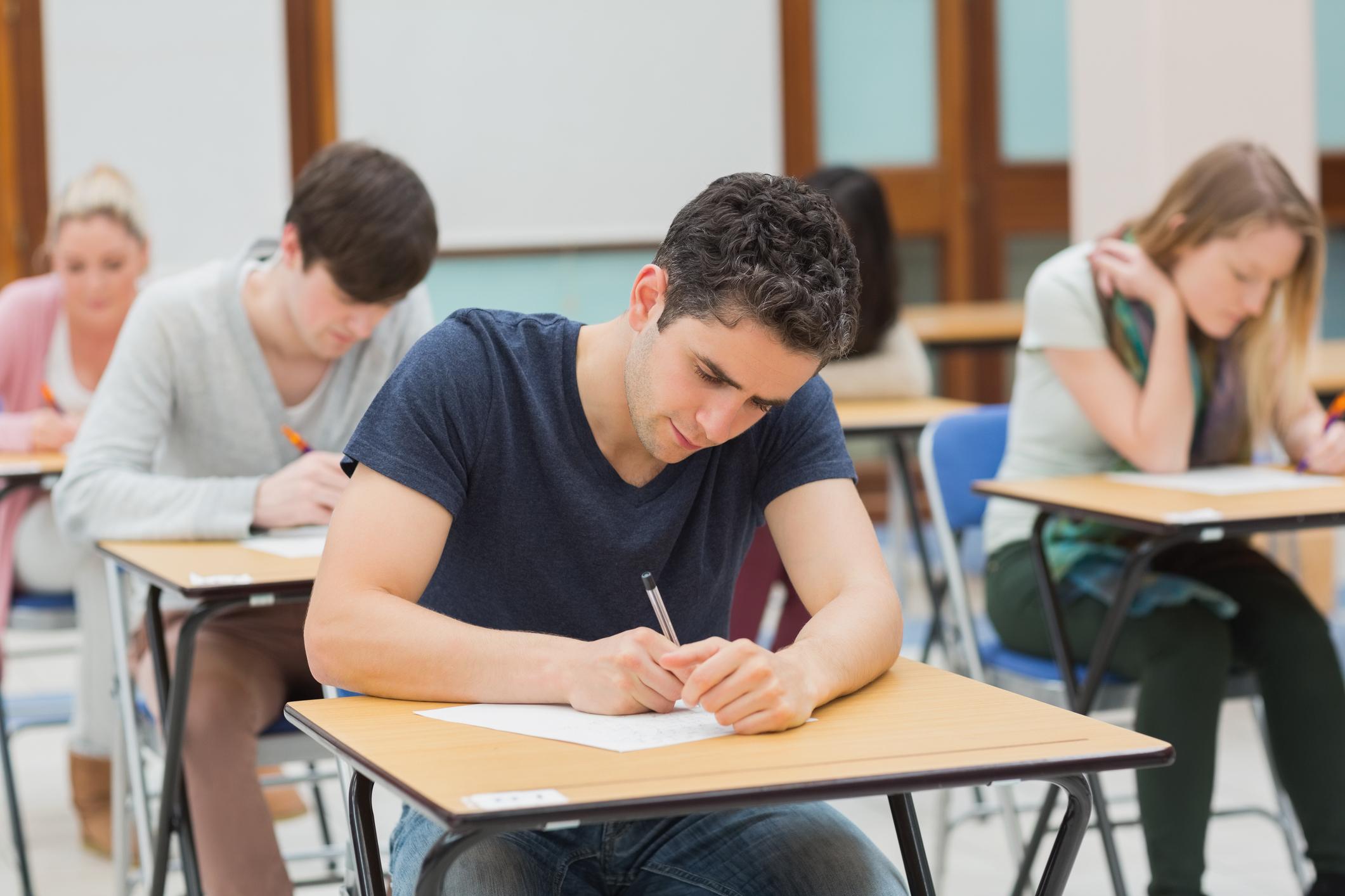 Students in an exam by Wavebreakmedia Ltd  CERTIFICAÇÃO