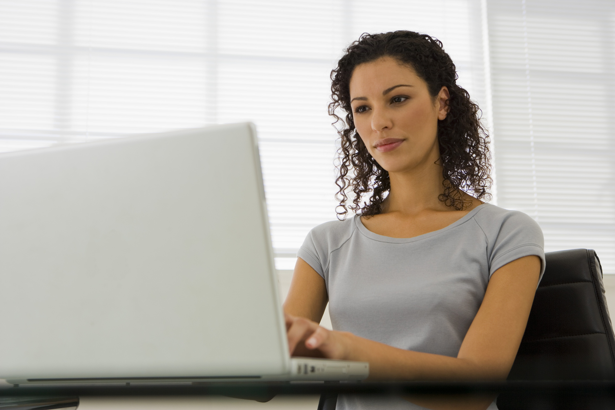 Woman with a laptop computer by Pixland  INSCRIÇÕES