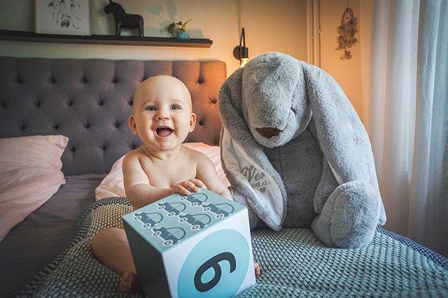 19 juni, 6 månader gammal och glad i allt! Inte hela tiden kanske...men det är med stor nyfikenhet och öppenhet hon tar sig an sitt andra halvår! ❤️ Vera!