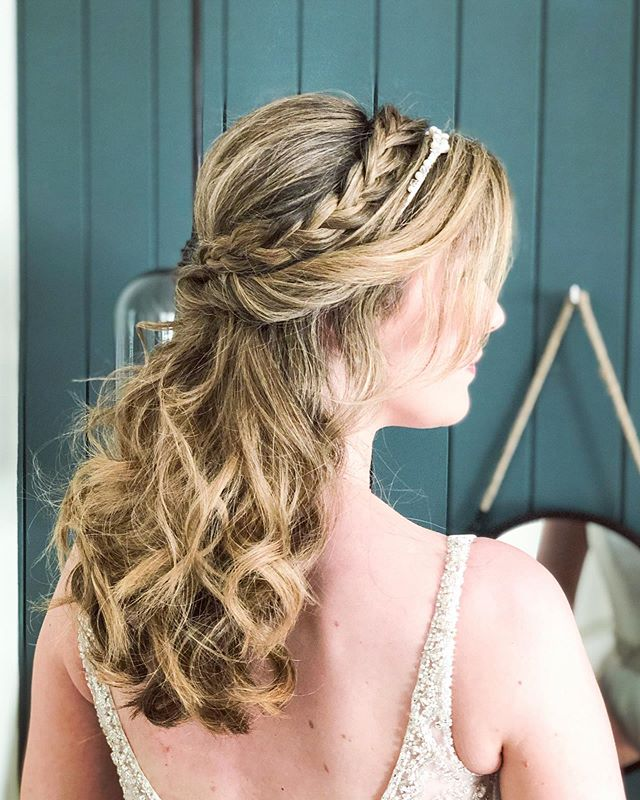 ☀️Amy had a beautiful sunny day yesterday for her wedding at @swansouthwold  I loved creating this half up style for her. The highlights in her hair really add to the textured look. The lovely @_makeup_missy_ worked her makeup magic as always! Everyone looked amazing✨ I'm noticing a trend this year- lots of my brides are choosing a down style! What would you choose? 🤔 up or down?