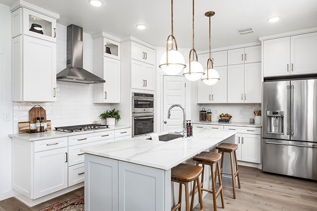 Lighting is such a easy way to bring personality into a space. 🏡: Garbett Homes  #modelhome #garbetthomes #utahbuilder #utahhomebuilder #utahhomes #newcommunity #murrayutah #fxhometours