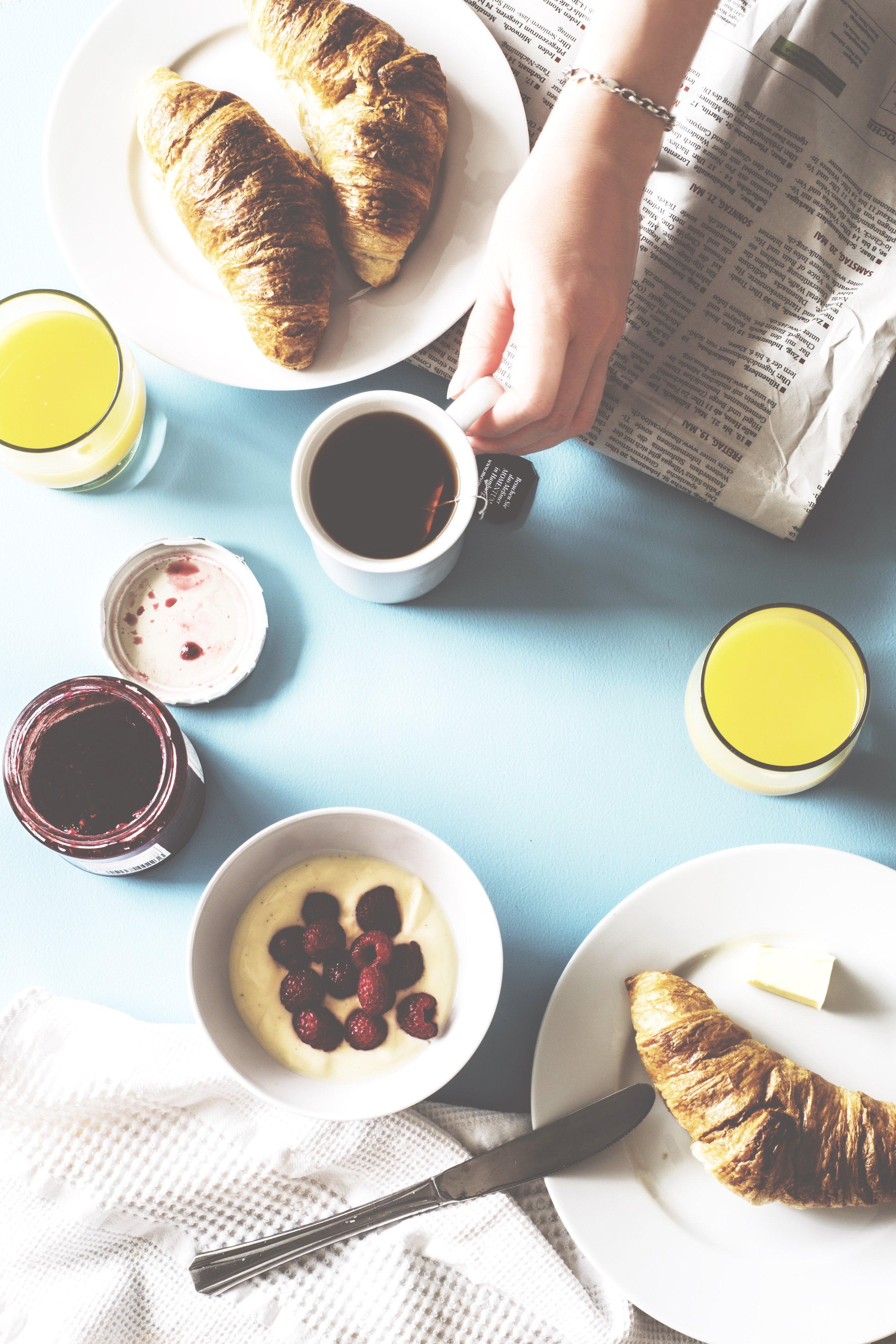 bread-knife-breakfast-coffee-619328.jpg