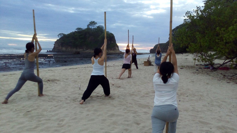 海辺で行なった、バンブー・ヨガのクラス。体を動かし、心と一つにすることで、見えてくる世界があります。