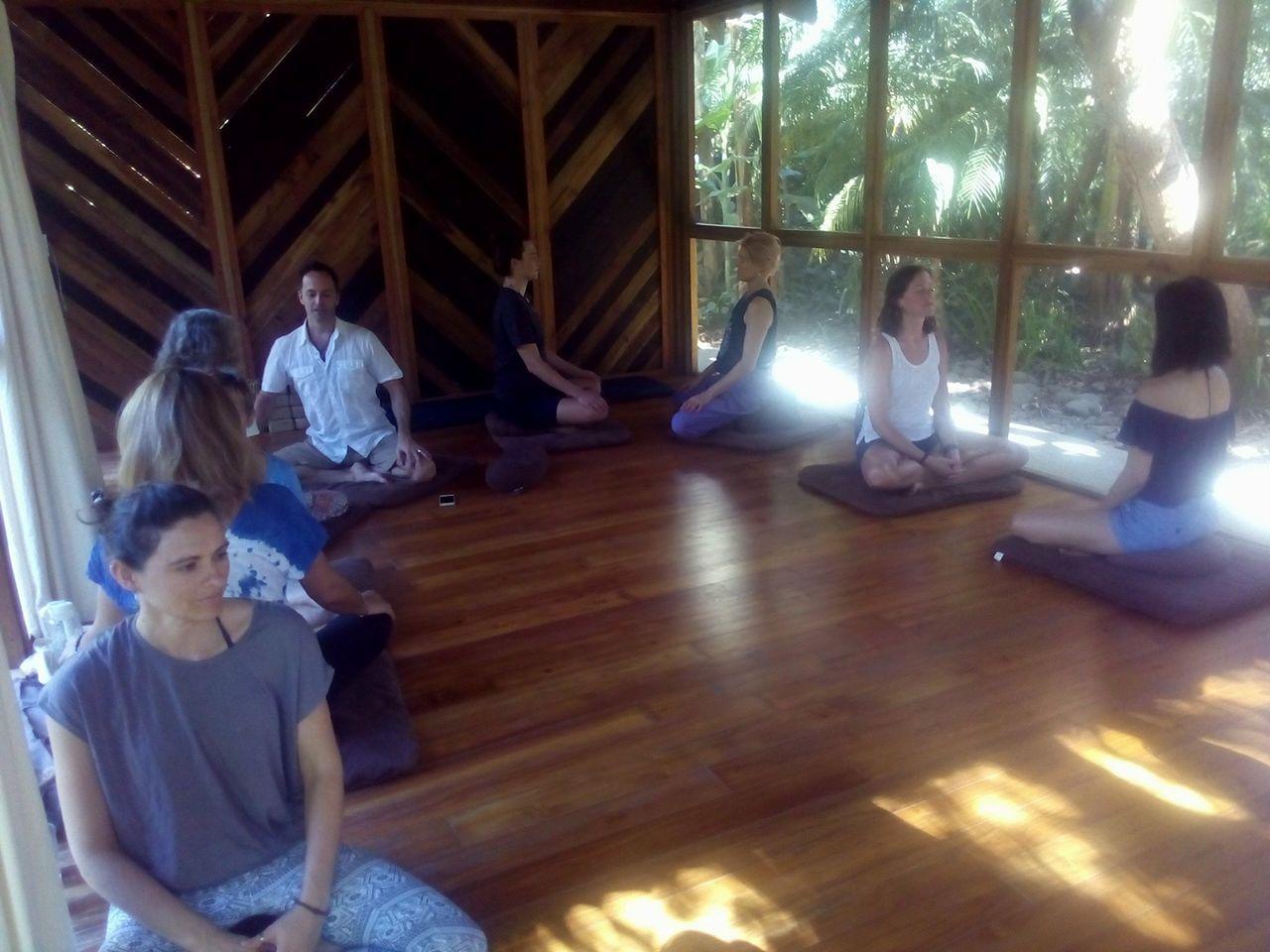 この日は二人組になって、ラベリングをしあう練習。(sensing, breathing, noticing, feeling...)