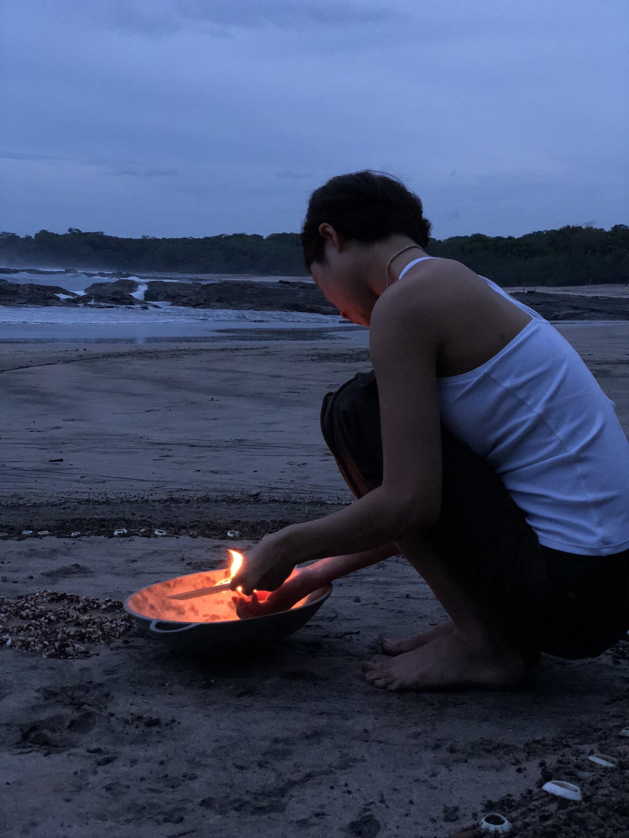 書き続けてきた、「解放したいこと」をラビリンスの体験の最後で、燃やしたり、海に流したりして自然に解き放ちました。こうやって心にスペースを作っていくのです。夜は、「感謝すること」などをジャーナル(日記)として書き出し、自分の内側を見つめるプラクティスを深めました。