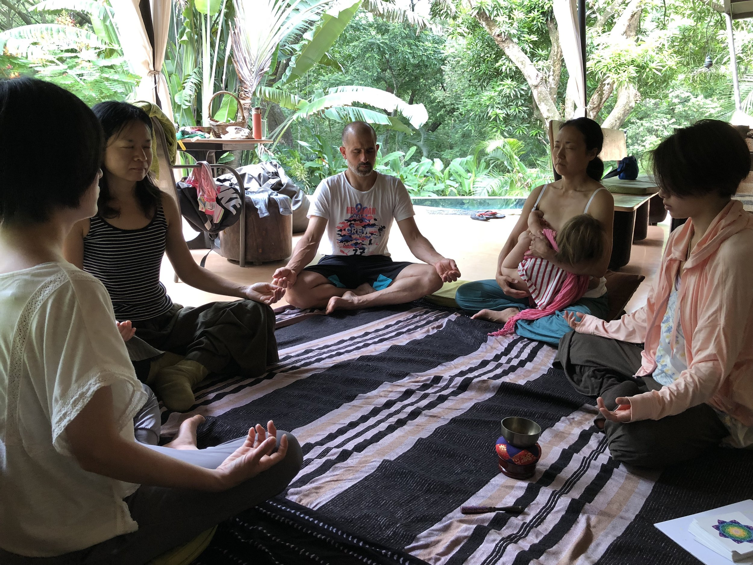 朝は、輪になって瞑想から始めます。まわりの音、匂いに意識をむけることで感覚を開き、そして自分の呼吸にのみ意識をむけて無の状態を経験する、朝の神聖な時間。瞑想に興味がある方、始めたい方は、 こちらのオンライン講座 、ぜひご参加下さいね。一緒に、朝の瞑想タイム、日課にしていきましょう。