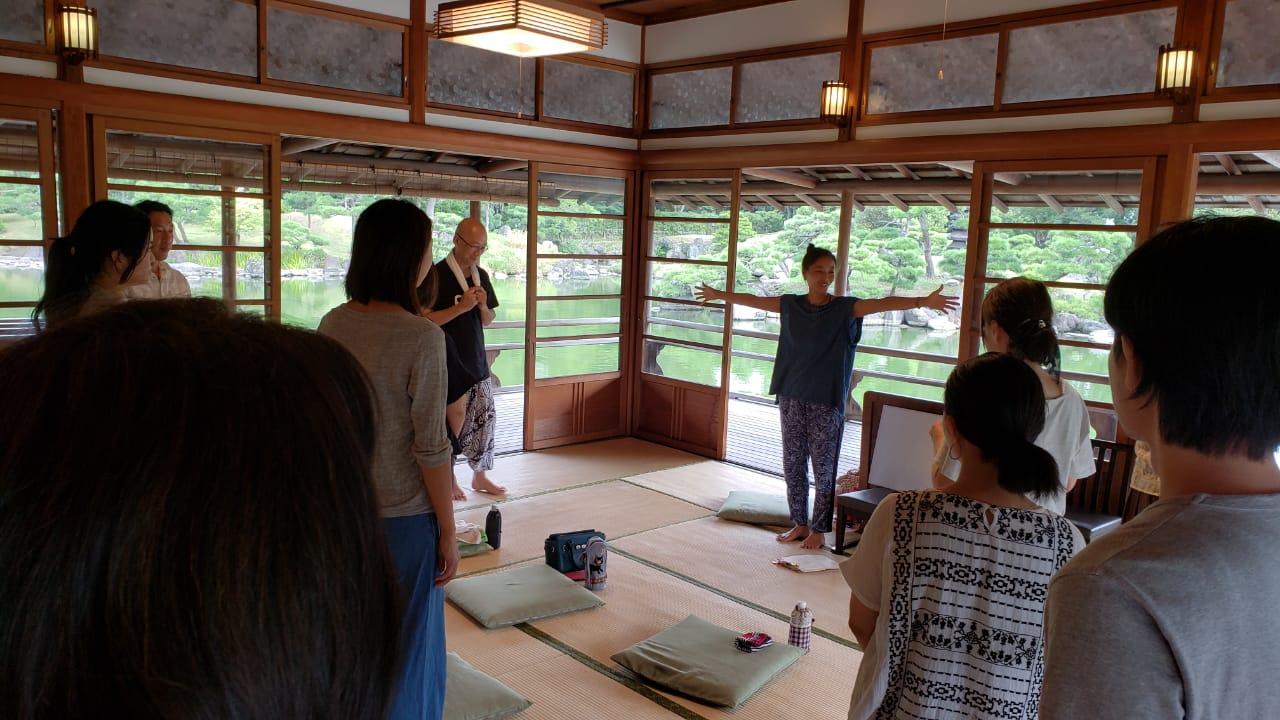 「瞑想をしていますか?」「瞑想が好きですか?」などの質問で、だいたいの今日の参加者の立ち位置やエネルギーをつかみます。