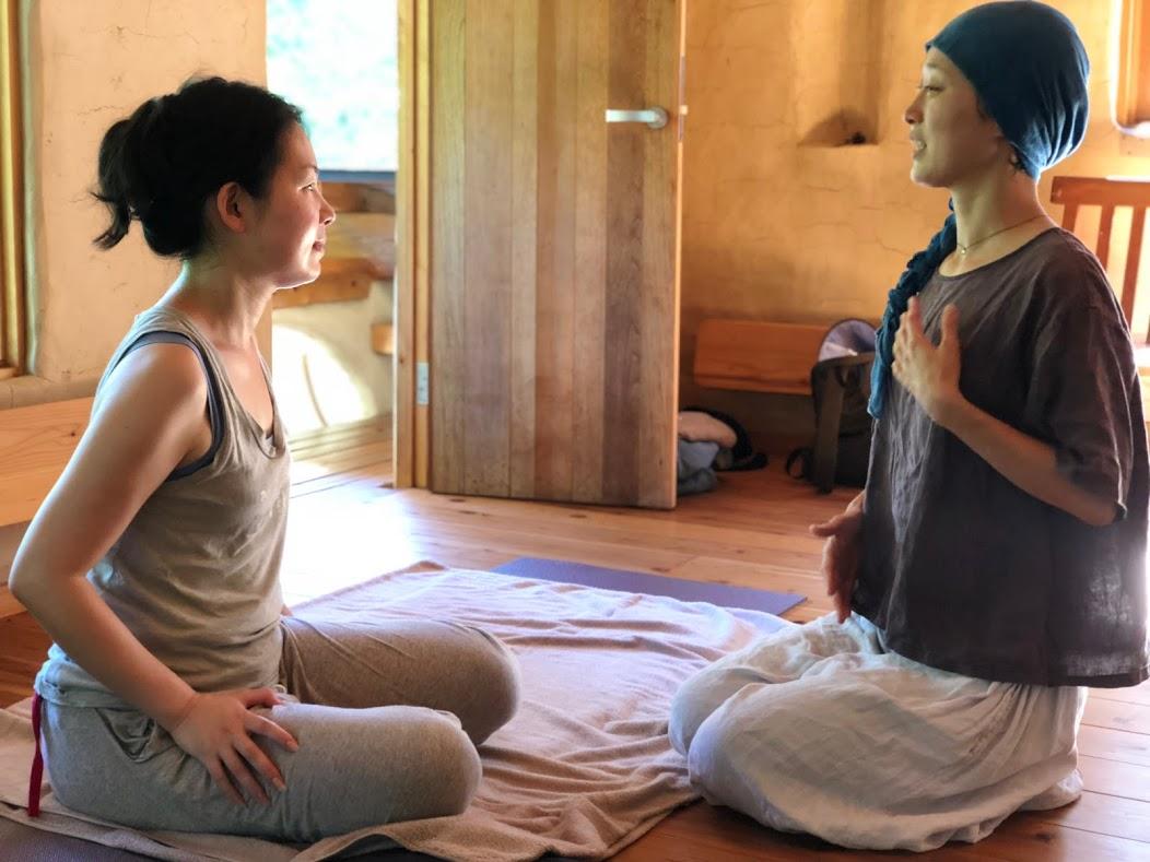 呼吸って? - 古代からインドで体系化されたヨガや仏教の各種瞑想法、中国のダオイズムでも、呼吸は命の源、生きるエネルギーとして注目されてきました。漢字の「息」は、「自ら」の「心」と書き、日本語の「いのち」は、「命=い(き)のち(から)」を語源としています。呼吸をすることが、生きることと直結していることは、明らかです。たとえば、深く正常な呼吸は、消化や新陳代謝の向上、自律神経やホルモンのバランス改善、心臓病や高血圧の緩和など、私たちの体にさまざまなメリットをもたらします。近年では、心理学や医学の進みにつれ、呼吸がメンタル面に及ぼす効果(リラックス、ストレス解消、うつ病の克服)も大きく注目されてきています。体のすみずみまで酸素(生命エネルギー、または氣)が行き渡るように循環させていく、ただそれだけです。