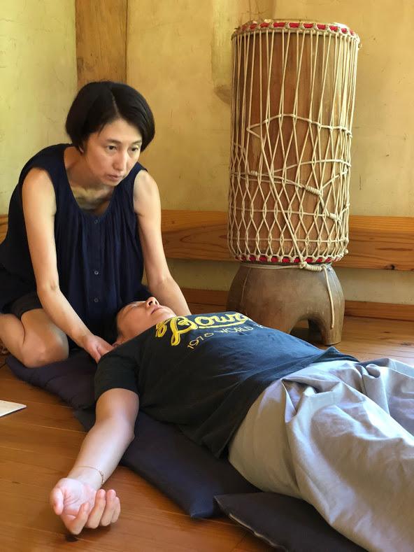 セッションの様子 - 一回のセッションは、1時間半~2時間ほどの時間を有します。グループセッションの場合は、30分ほど、簡単な瞑想、ストレッチやヨガなどで体をほぐして楽にさせます。個人セッションの場合も体をリラックスさせた後、なぜセッションを受けようと思ったのか、今の体や心の調子などをヒアリングします。また現在の呼吸のチェックを行ないます。その後 1時間ほどのブレスワーク・セッションを行ないます。参加者の方は、楽にして、音楽とガイドに合わせて、ふだんより早いテンポで呼吸を続けます。最後に、感想を書き留めたり、伝えていただき、終了です。セッション後は、どうぞ予定を詰め込まず、なるべくゆっくりお過ごし下さい。