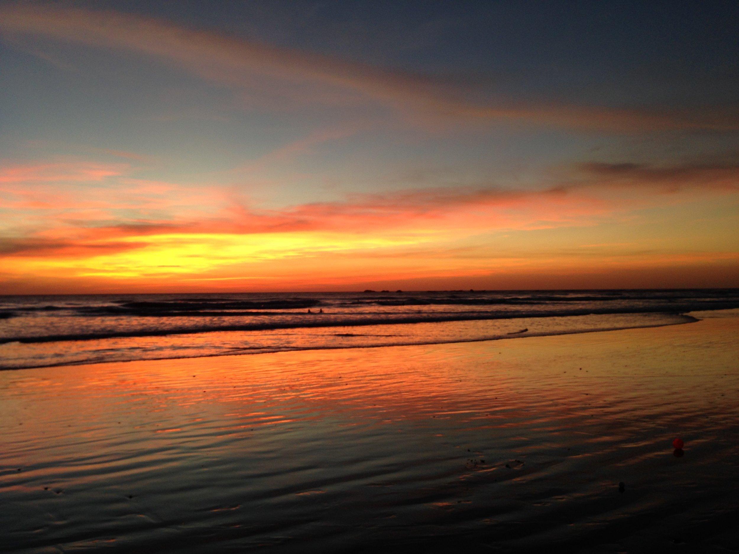 あぁー、何と言っても太平洋に沈む太陽を拝むサンセット・タイムが、心の栄養源だった。これが一日のシメで、あとは家に帰って夕飯を食べて、そして午後8時に寝る、、、という、そんなとても健康的でシンプルな生活。満月の夜に、数々のトリップをしたのも、最高の思い出。