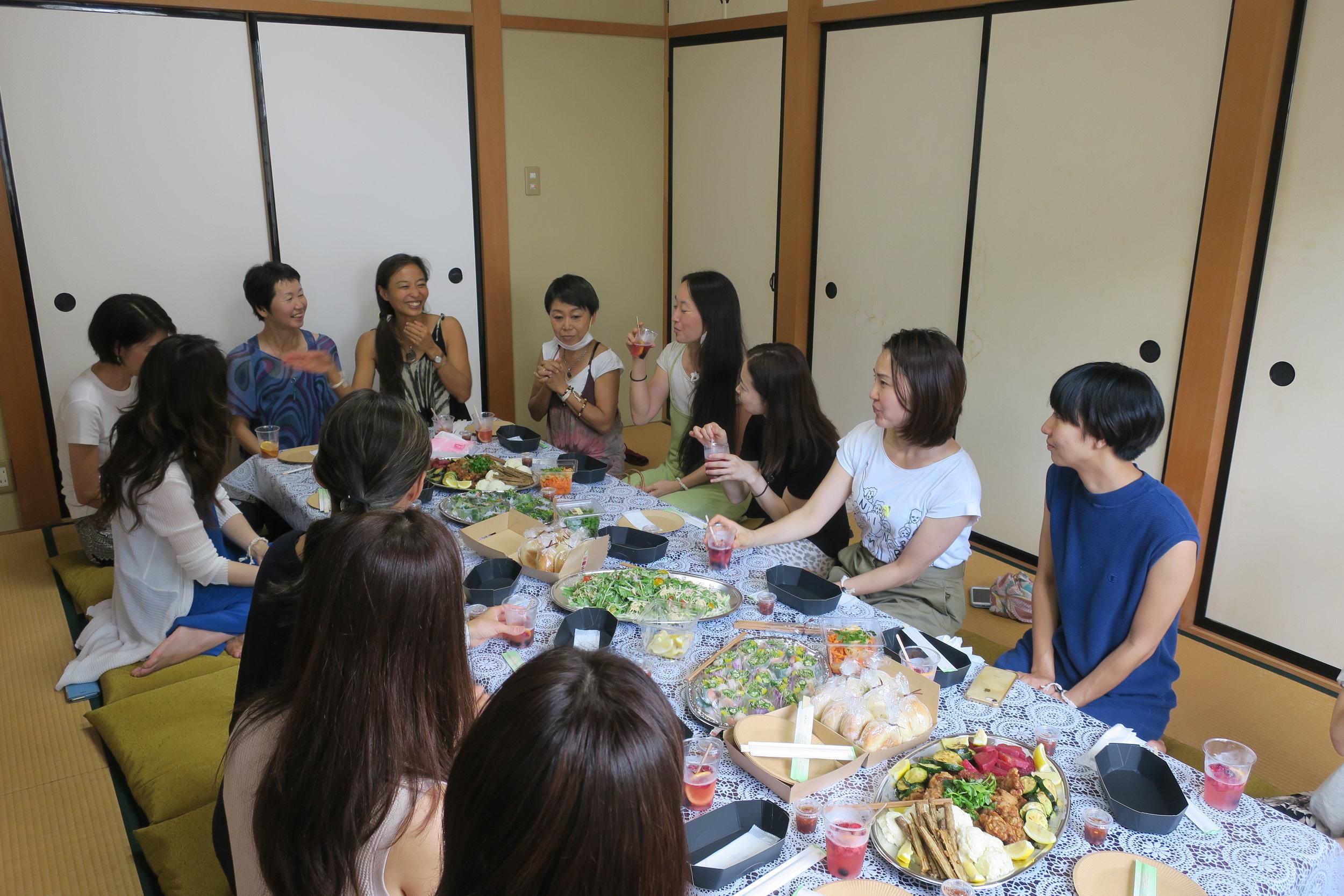 この日は、ガイドの安東裕美さんのあたたかな計らいもあり、セッション後は集まったみなさんと、楽しく美味しい、お祝い交流パーティーも実施しました。来てくださった方々、ありがとうございました!
