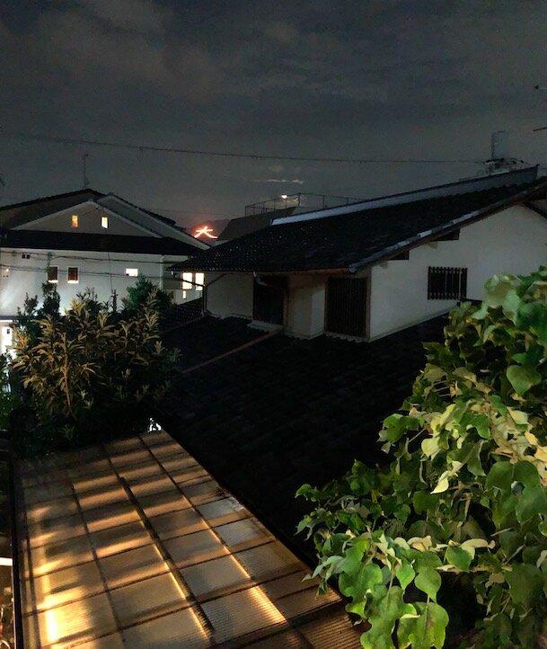8月16日には、家の窓からも、遠く、大文字焼きが見えました!精霊たちを送る夏の風物詩。あぁー、京都に引っ越してきたんだ、という実感が高まります。
