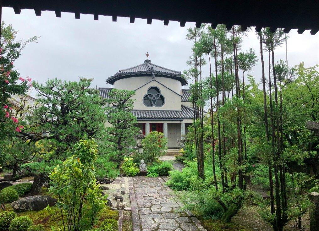 家の近所には、それはそれは美しい名も知らぬ神社仏閣がたくさん。その名も、「寺町通り」。歩いていても、美意識が磨かれる感あり。