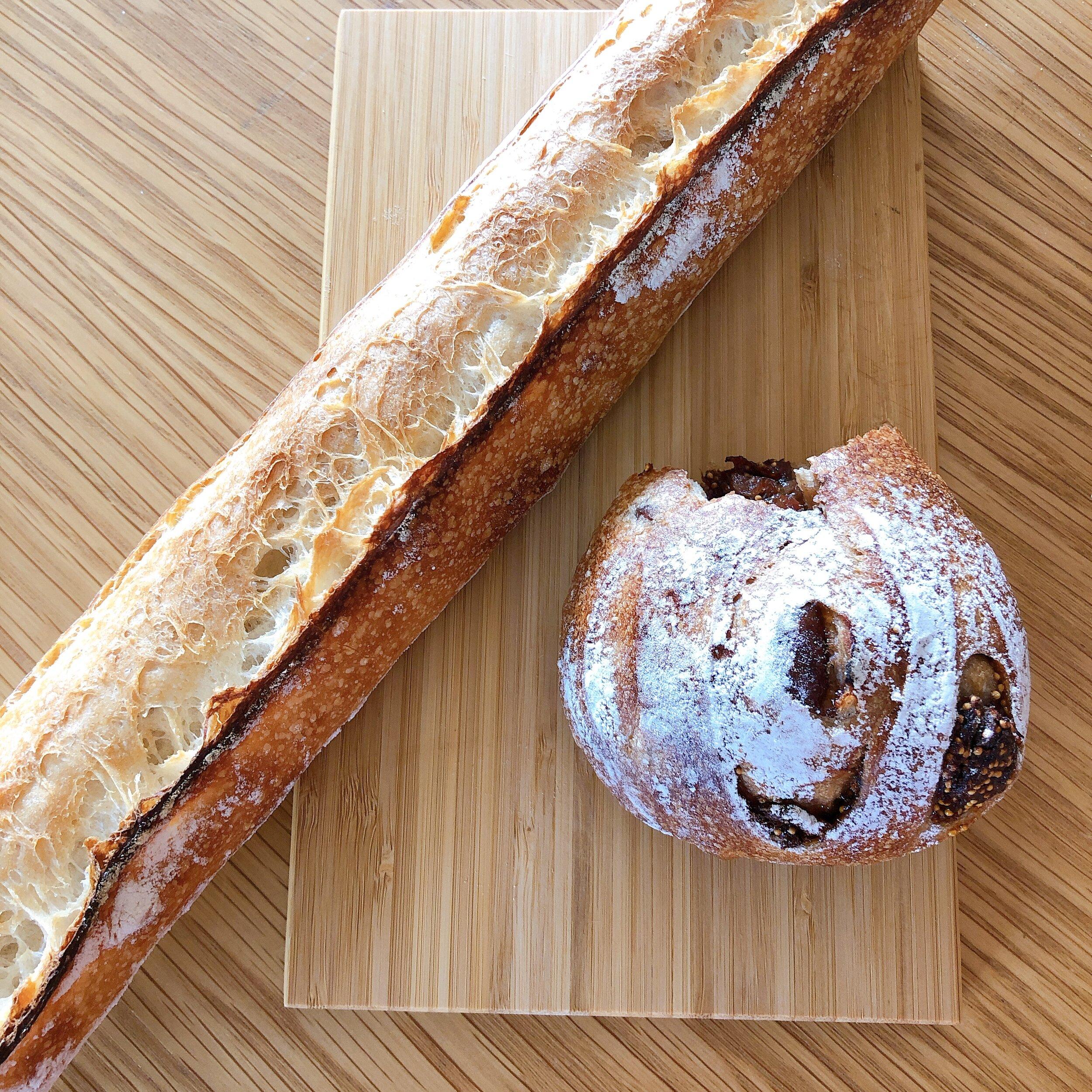 例えば、家の近くのお気に入りのパン屋に行って、焼きたてパンをいただいたり。(家から1キロの幸せ)