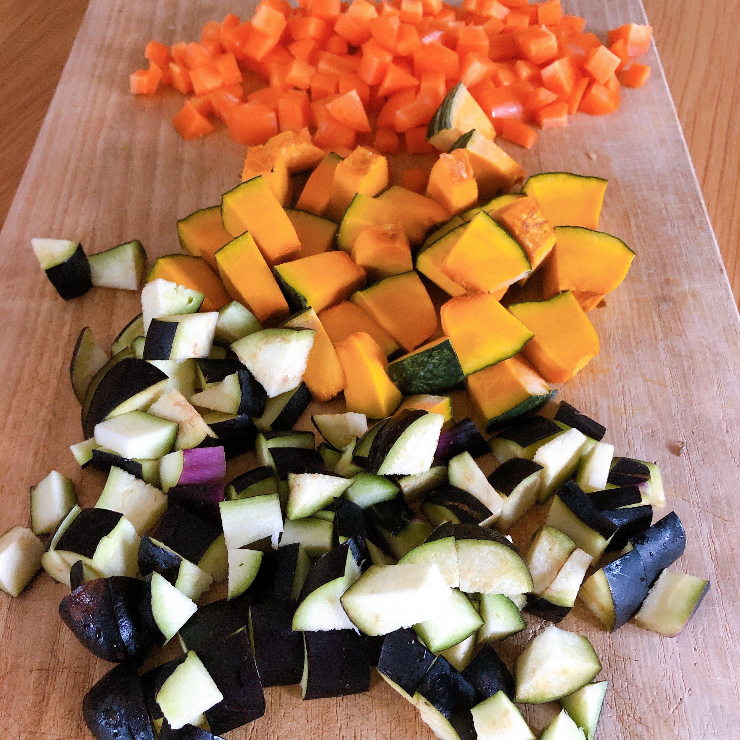 野菜をトントン切る音を楽しんで、その色鮮やかさと組み合わせの楽しさに、ハッとしたり。(台所での幸せ)