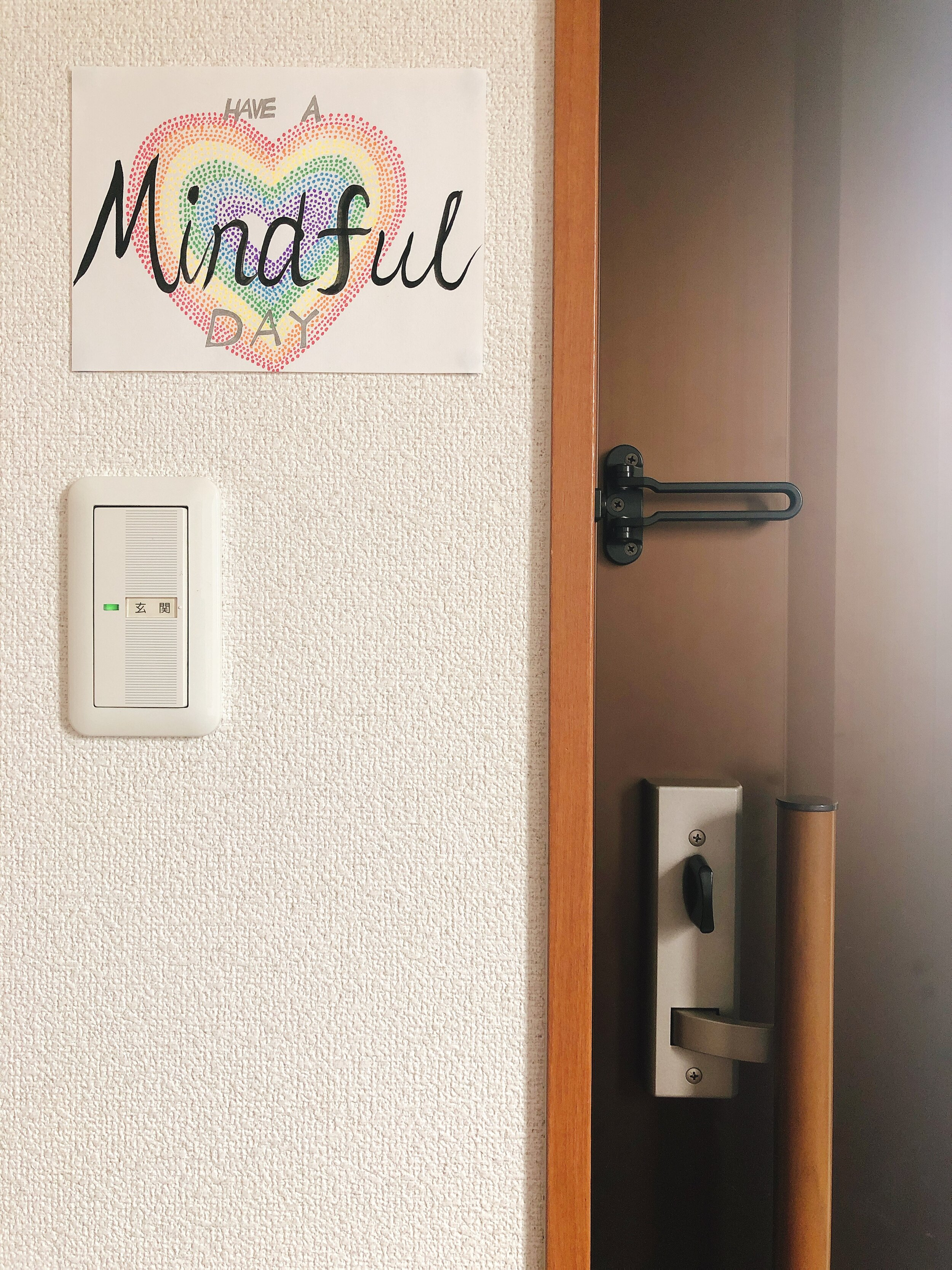 うちの玄関に貼った、マインドフルネス・リマインダー。家から出る時の、ちょっとした意識調整のために。