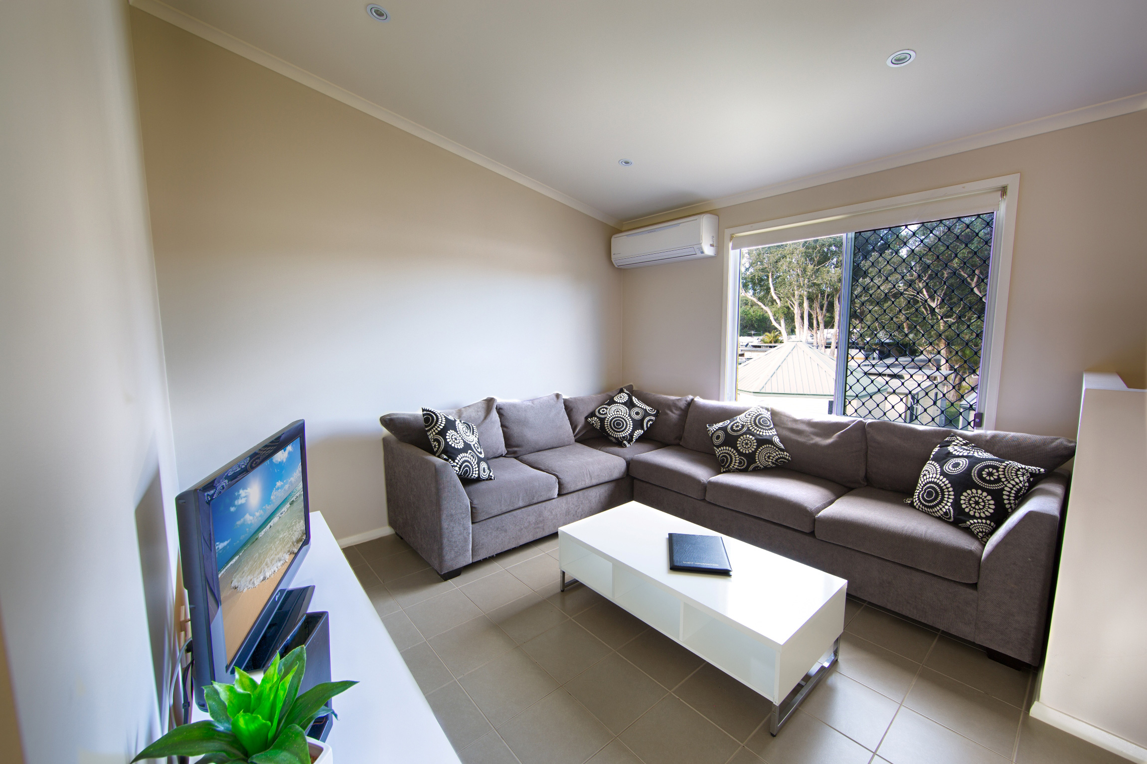 Apartment-Pic-3-lounge.jpg