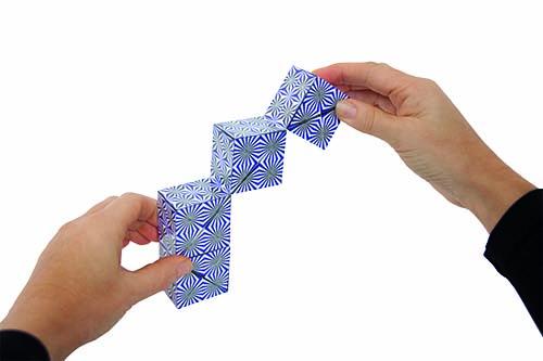 Dynacube-hands-blau01.jpg