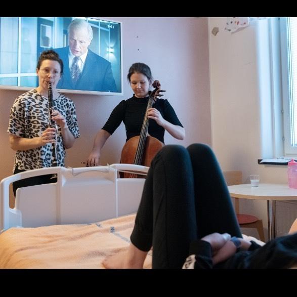 """Musik på rummet med @rspargo  och @lucyrugman. Sharing a """"stage"""" with Loa Falkman! 💥📺🎶🎵 📷: @sodersjukhuset_ab 🙏🏼 #musikochhalsa #musicforhealth #kulturochhälsa #music #barn #sös #sachsskabarnochungdomssjukhuset #södermalm #stockholm #kulturivården #musikivården #regionstockholm #musikpårummet #cello #clarinet"""