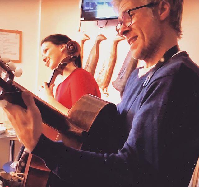 ✨🎶Lullabies på rummet 🎶✨ med @rspargo och Joakim Lundstrom av @hagaduo 🙏🏼 Kompetenscentrum för kultur och hälsa har publicerat en artikel på deras hemsida, och en film klipp på youtube/facebook- kolla upp det!  http://kulturochhalsa.sll.se/sachsska  #musikochhalsa #musicforhealth #kulturochhälsa #music #barn #sös #sachsskabarnochungdomssjukhuset #södermalm #stockholm #kulturivården #musikivården #regionstockholm #musikpårummet #cello #clarinet #guitar #skapandemusik #kreativ #lullaby #twinkletwinkle #blinkalillastjärna