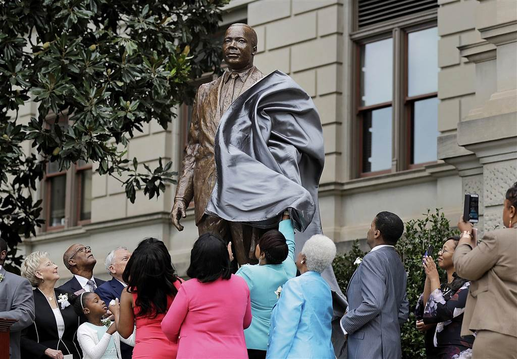 ss-170828-martin-luther-king-jr-staue-unveiling-01_6ae490a48a6403e957c3d101aa4df5bf.nbcnews-ux-1024-900.jpg