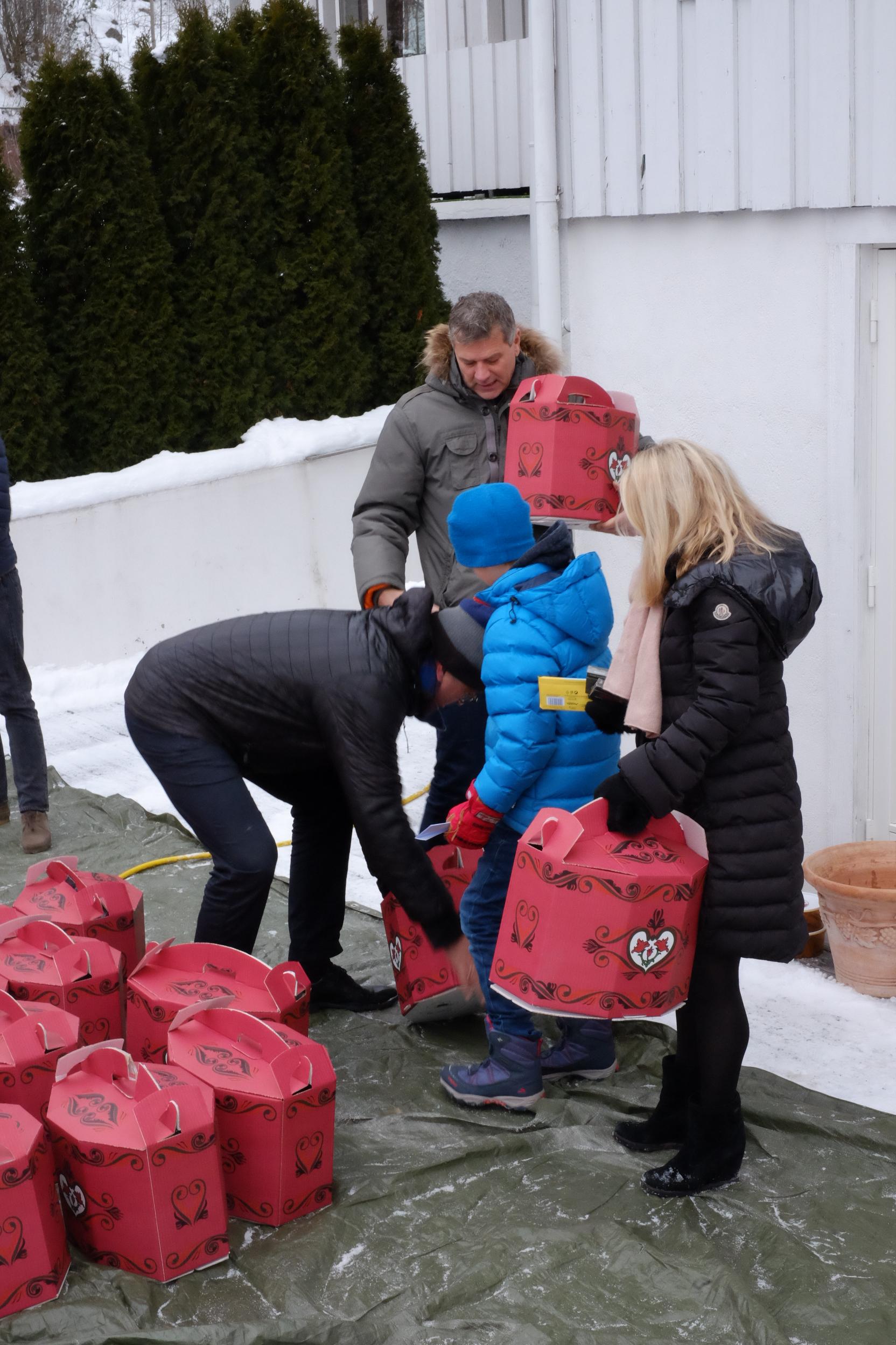 Store og små bidro til at 100 brukere og pasienter fikk julepakke levert på døra.