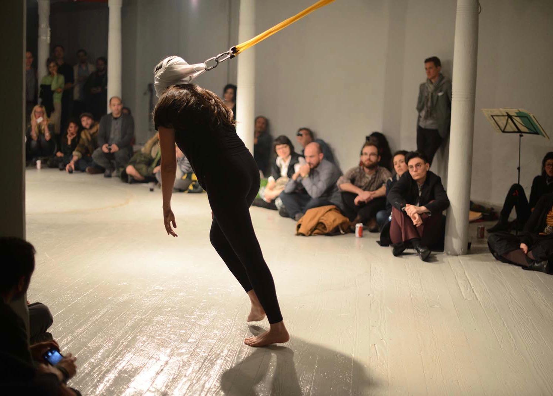 performance Sem Título, galeria Grace Exhibition Space, Queer International Arts Festival, 2013_